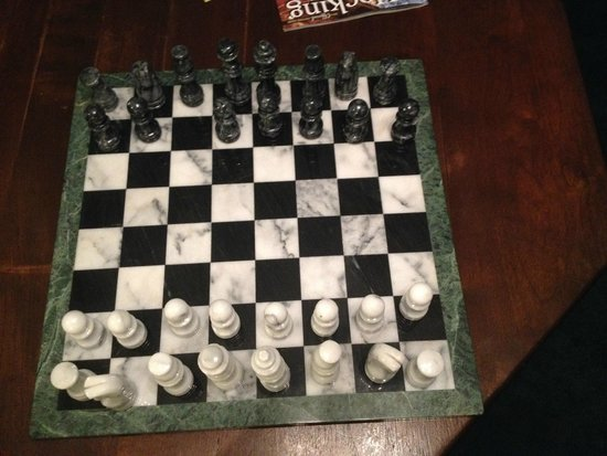 Ravenwood Castle: Missing black pawn, other pieces were broken (you can see where old glue was