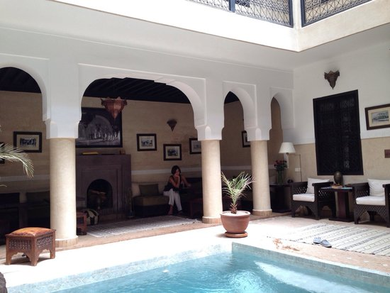 Riad Anjar: Lettrice assorta in lettura (ogni scusa è buona per restare in un 'si charmant' Riad).