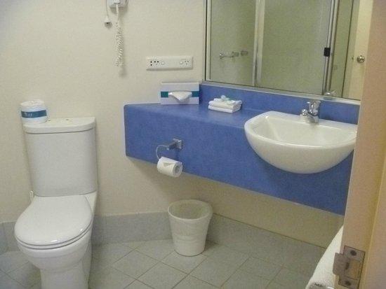 Tropical Heritage Cairns : Bathroom in studio