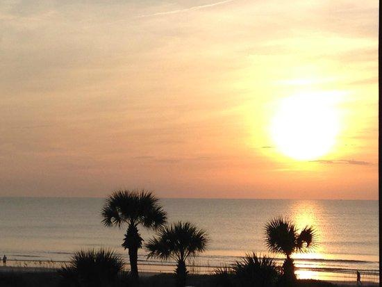 Hampton Inn Jacksonville Beach/Oceanfront : Sunrise from our balcony