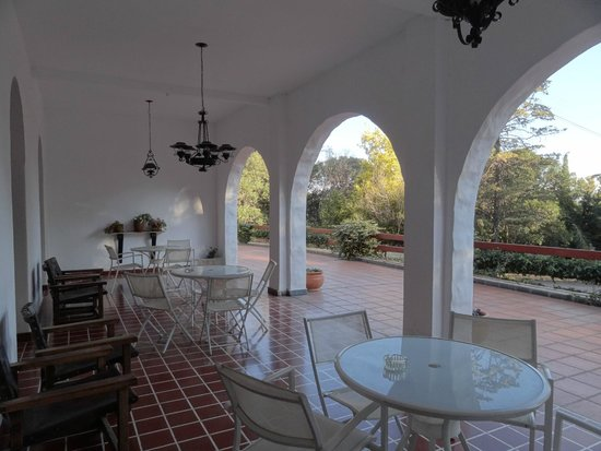 Hotel Ypora: Galeria frente a la terraza.