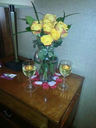 Crowne Plaza Minneapolis West: Flower arrangment/wine put in the room prior to check in