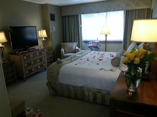 Crowne Plaza Minneapolis West: Bedroom of the suite