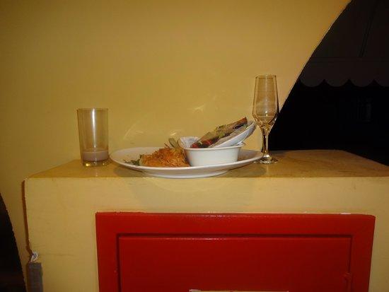 Hotel Bello Mare Comfort: louças pelo corredor