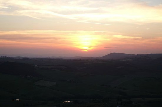 E Lucevan le Stelle : Pretty sunset over the valley (from the edge of the plaza on which the bar is situated)