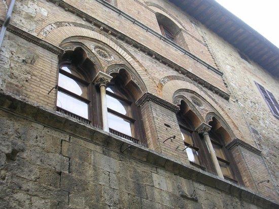 San Gimignano 1300: Ventanas madievales.