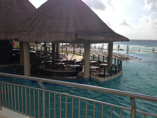 The Westin Lagunamar Ocean Resort: Viento Swim Up Bar. . .Happy Hour!