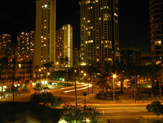 Hawaiian Monarch Hotel: View of the street below from the pool deck at night