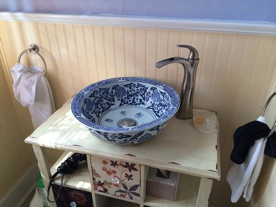 Five Continents Bed and Breakfast: Asian style sink at the asian suite