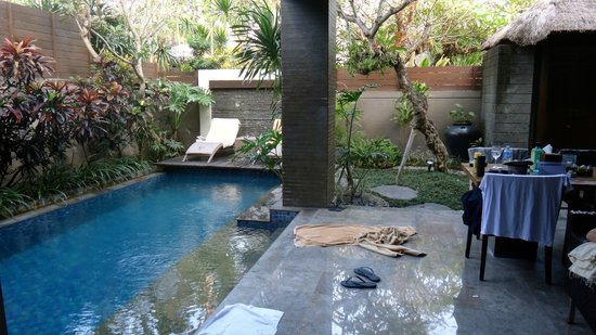 Le Jardin Villas, Seminyak: Living area opens straight onto pool