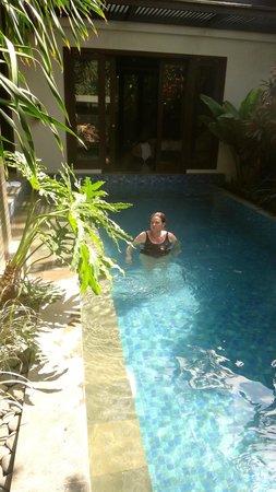 Le Jardin Villas, Seminyak: Bedroom 1 doors open straight onto the pool