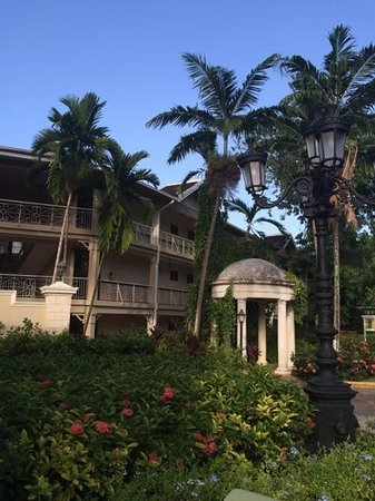 Sandals Royal Plantation: outdoor walkways to rooms (East building)