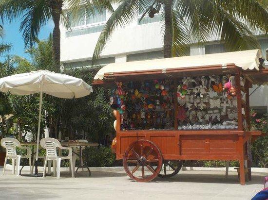 Grand Oasis Palm: Souvenir cart / painting