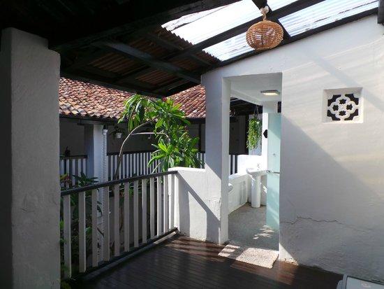 Layang Layang Guest House: 1st floor bathroom