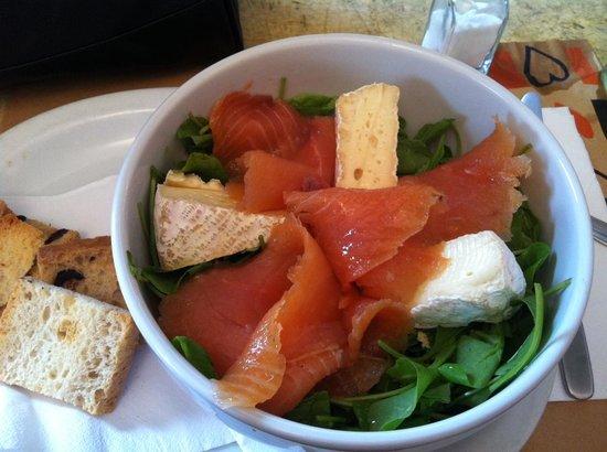 Mark's Deli & Coffee House: Salada de rúcula com salmão defumado e queijo brie