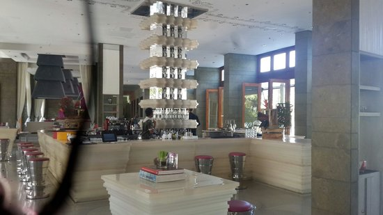 W Retreat & Spa Bali - Seminyak: Bar at lobby