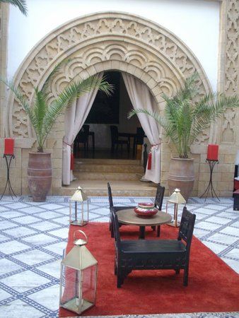 Riad Dar L'Oussia : Courtyard set up for dining
