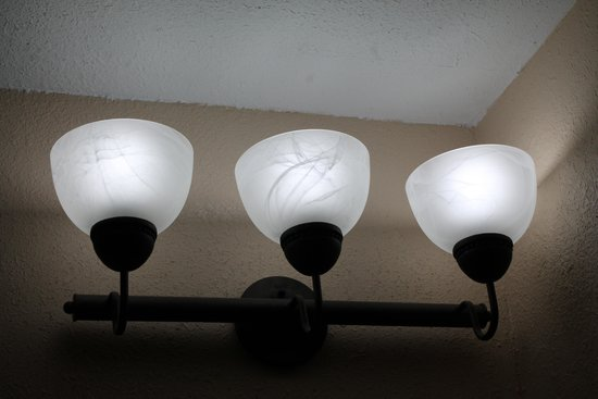 Econo Lodge Inn & Suites Walnut: Bathroom light fixture
