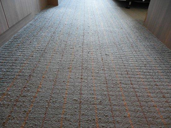 Novotel Bangkok Fenix Silom: Carpet in wear condition