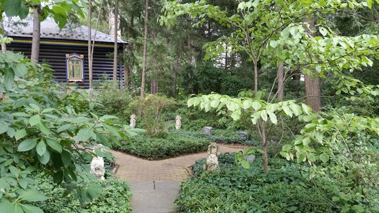 Hillwood Museum & Gardens: Pet cemetary by the charming dacha