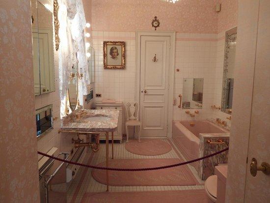Hillwood Museum & Gardens : The spacious bathroom