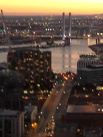 Oaks On William: The view towards Docklands at sunset