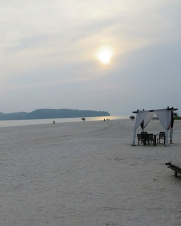 Meritus Pelangi Beach Resort & Spa, Langkawi: option to dine on the beach. There are also beach bars