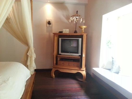 Disini Luxury Spa Villas : the tv no doubt is a bit out of place in this setting