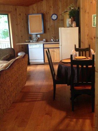 Desolation Resort: Kitchen/dining area chalet 1