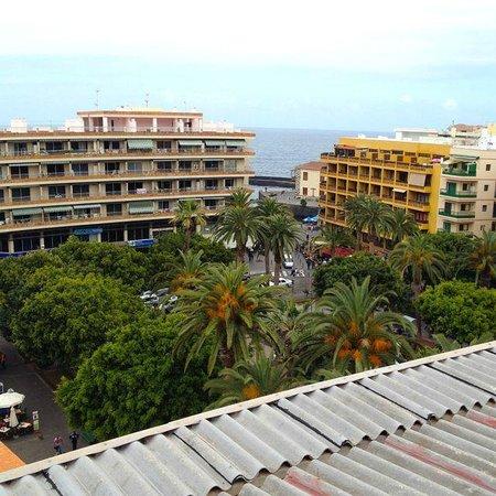 Aparthotel Tropical: Sicht von der Dachterrasse (neben dem geschlossenen Restaurant) über den Plaza del Charco zum Me