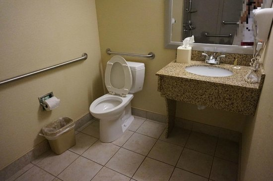Atkinson Inn & Suites: Spacious bathroom with lots of sink room