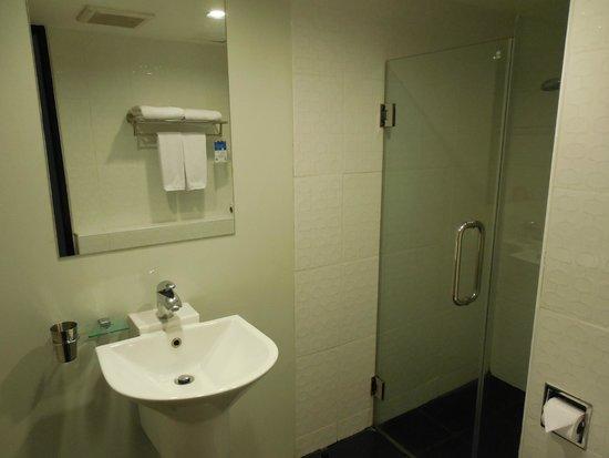 Ibis Styles Chiang Mai: Shower