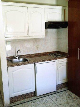 Aparthotel Tropical: Die Kochnische, eine brauchbare, kleine Küche