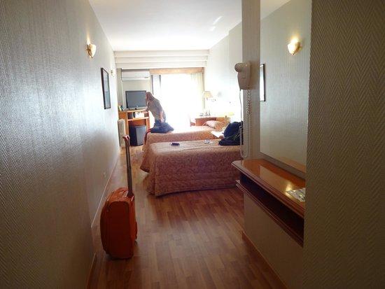 Hotel Solans Riviera: Amplia habitación