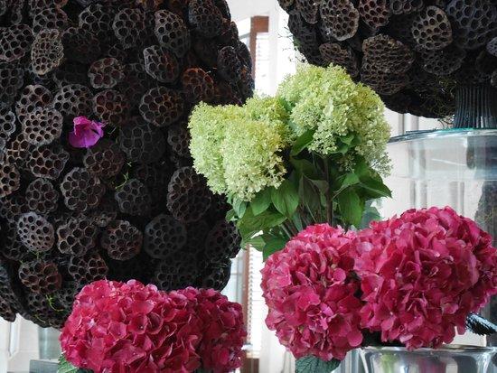 Siam Kempinski Hotel Bangkok : Lobby flower decoration