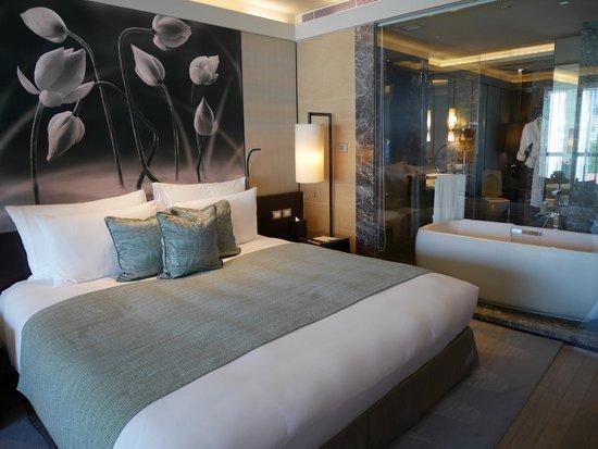 Siam Kempinski Hotel Bangkok: Premier Room view towards bathroom