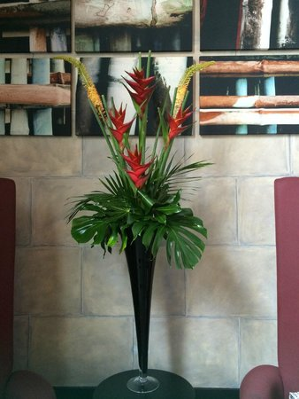 Malmaison Oxford Castle : Tropical floral arrangement int the lobby