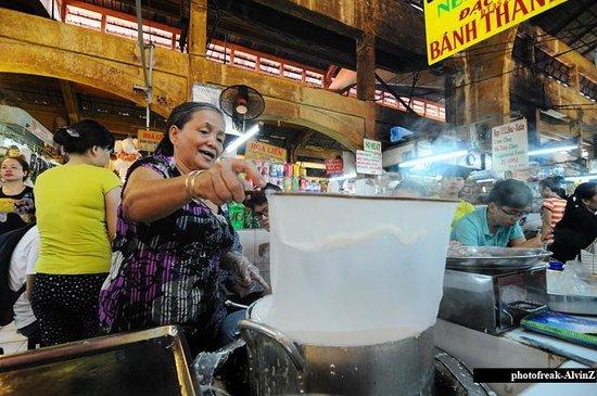 Ben Thanh Market: Making rice paper