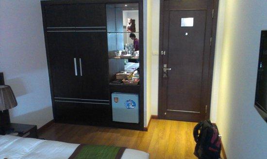 Essence Hanoi Hotel & Spa: Minibar & wardrobe next to entrance door