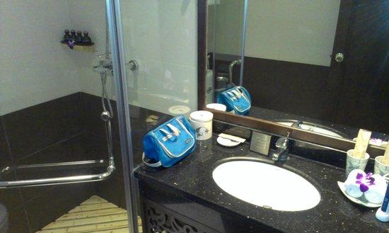 Essence Hanoi Hotel & Spa: Bathroom