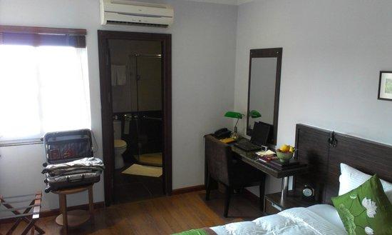 Essence Hanoi Hotel & Spa: Desk & bathroom door