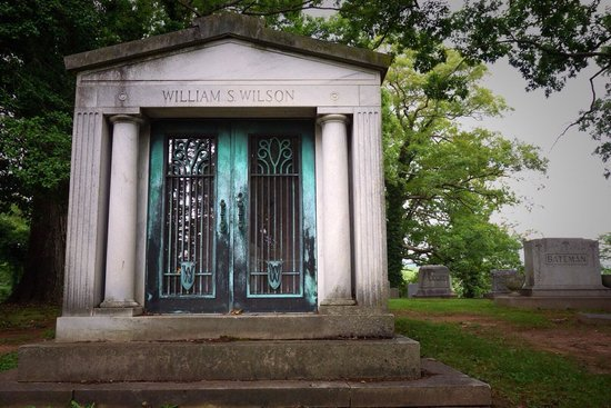Riverside Cemetery : mausoleum on the grounds