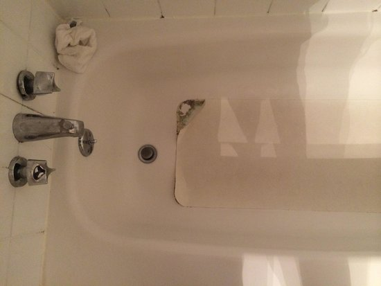 Ramada Trenton: Black mold and goo in tub!