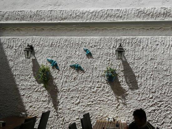 Avlu: 中庭の壁