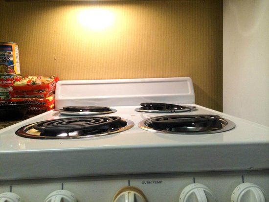 Residence Inn Deptford: stove coils crooked; kitchen cabinets felt greasy / sticky - maintenance needed