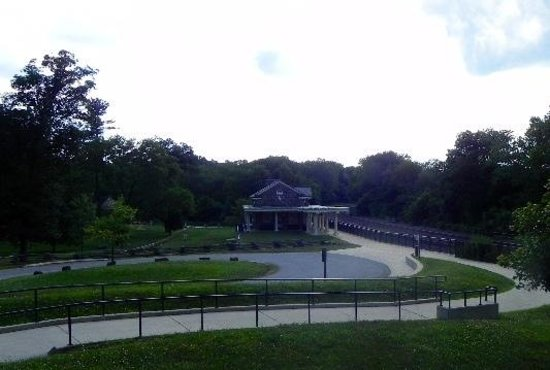 Valley Forge National Historical Park : the trail to the train station near George Washingtons quarters!