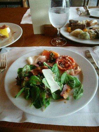 The Park View : サラダと前菜 肉厚のサーモン、各種ハム類、トマトのソテーが美味