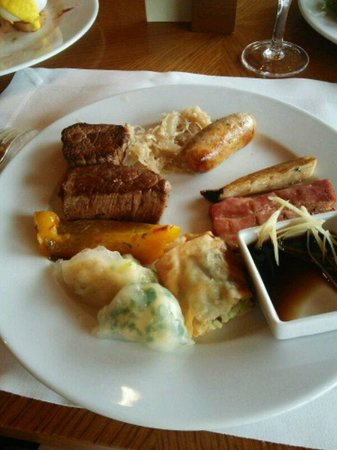 The Park View: テンダーロインステーキ、ソーセージ、厚切りベーコン、二種の蒸し餃子