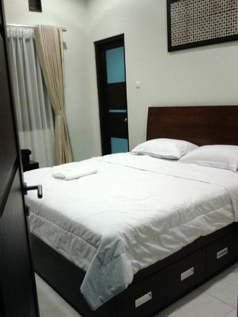 Omah Garuda Homestay: the king bed size
