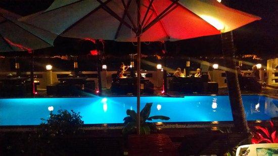 Mui Ne Hills Budget Hotel: Pool area at night